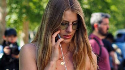 Τα κομψά top που φορούν οι πιο στιλάτες Influencers πάνω από το τζιν τους το καλοκαίρι