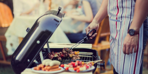 Το συνηθισμένο λάθος που κάνουμε όλοι όταν ψήνουμε στο grill και μπορεί να μας αρρωστήσει