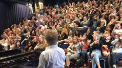 """Δάσκαλος μουσικής και τάξη τραγουδούν το """"Bohemian Rhapsody"""
