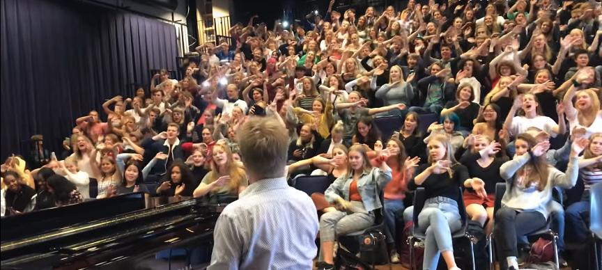 "Screenshot_2019-09-19 Δάσκαλος μουσικής και τάξη τραγουδούν το ""Bohemian Rhapsody"""