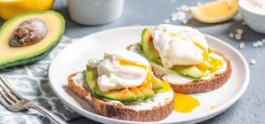 Συνταγή για πρωινό -Τοστ με αυγά ποσέ, αβοκάντο και τυρί κρέμα