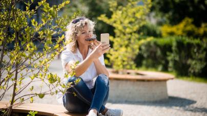 Αυχενικό σύνδρομο του κινητού, σύνδρομο burnout, σελφίτιδα – Ποιες είναι οι ασθένειες του 21ου αιώνα