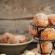 Συνταγή για λουκουμάδες μήλου με σος κανέλας