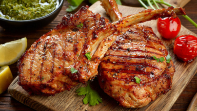 Συνταγή για τις πιο ζουμερές και νόστιμες χοιρινές μπριζόλες -Μαριναρισμένες σε γιαούρτι και μπαχαρικά
