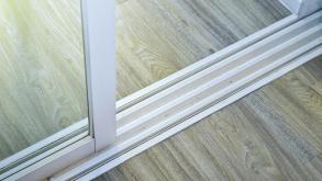 Το πανεύκολο τρικ για να καθαρίσετε τέλεια τις ράγες στη μπαλκονόπορτα