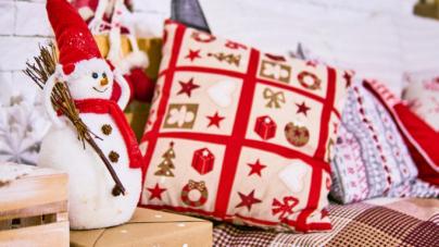 Χριστουγεννιάτικη διακόσμηση: Χιονάνθρωπος από γυάλες γεμάτος με διακοσμητικά [εικόνα]