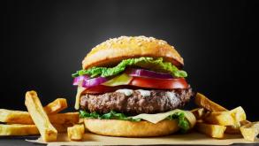 Συνταγή για κλασικό μπέργκερ -Το MasterChef μυστικό για το πιο ζουμερό μπιφτέκι
