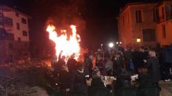 Καστορια: Άναψαν τη μπουμπούνα της Μικρής Αποκριάς στο Απόζαρι (φωτογραφίες)