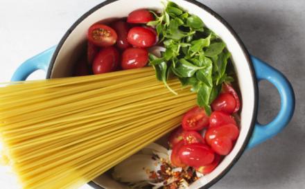 Η viral συνταγή μακαρονάδας… μπλουμ -Ολα μαζί σε μια κατσαρόλα, ίσως ό,τι πιο εύκολο