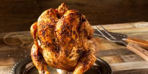 Συνταγή για κοτόπουλο «σούβλας» στο… φούρνο -Το τετραπέρατο κόλπο με το κουτάκι μπύρας